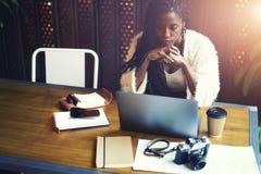 Эмоциональная красивая афро американская женщина стоковая фотография rf