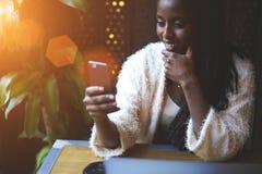 Эмоциональная красивая афро американская женщина стоковые фото