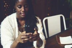 Эмоциональная красивая афро американская женщина стоковая фотография