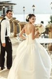 Эмоциональная сексуальная невеста брюнет в белом платье представляя на балконе n Стоковые Изображения