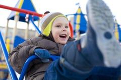 Эмоциональное малое катание ребенка на качании Стоковые Фотографии RF