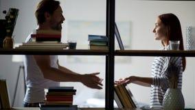 Эмоциональные взрослые пары будучи включанным в ссору видеоматериал