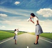 Эмоциональные 2 женщины с мегафоном Стоковое Фото
