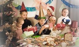 Эмоциональные обменивая подарки рождества Стоковое Изображение