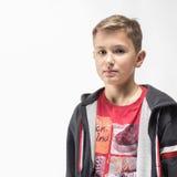 Эмоциональный белокурый мальчик в красной рубашке Стоковое Изображение RF
