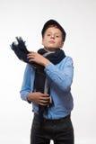 Эмоциональный мальчик брюнет в крышке и шарфе Стоковое Изображение RF