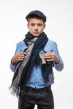 Эмоциональный мальчик брюнет в крышке и шарфе стоковое изображение