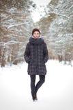 Эмоциональный портрет женщины в зиме outdoors Стоковая Фотография