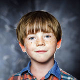 Эмоциональный портрет рыжеволосого мальчика стоковое изображение rf