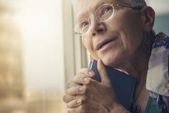 Эмоциональный портрет старшей дамы стоковое изображение rf