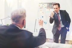 Эмоциональный преданный бизнесмен воюя с его коллегой Стоковое фото RF