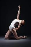 Эмоциональный тонкий совершитель балета представляя в студии стоковое изображение
