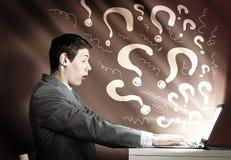 Эмоциональный человек используя компьтер-книжку Стоковые Фотографии RF