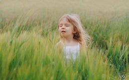 Эмоция зеленого цвета хлопьев поля девушки молодая стоковые изображения