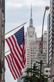 Эмпайр Стейт Билдинг американских флагов Стоковые Изображения