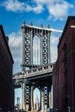 Эмпайр Стейт Билдинг обрамленный мостом Манхаттана стоковые фото