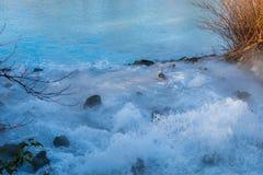 Энергичное введение шахтной воды бирюзы в пруд стоковая фотография rf