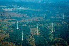 Энергия ветра в заросшем лесом виде с воздуха ландшафта Стоковая Фотография
