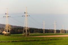 Энергия Высоковольтные опоры электричества столба Стоковые Фото