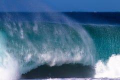Энергия мощной губы волны разбивая Стоковые Изображения