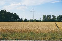 энергия силы eco идеи концепции ветротурбина на холме с заходом солнца стоковая фотография rf