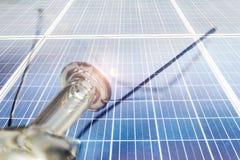 Энергия фотоэлемента будущая, электрическая лампочка на верхней части стоковое изображение rf