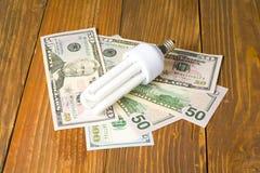 Энергосберегающая предпосылка лампы, раскаленных добела, дневных, электричество, денег, электрическая лампочка Eco, сравнение лам стоковые фотографии rf