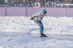 Энтузиасты зимы внешние катаясь на коньках Стоковое Изображение