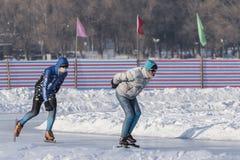 Энтузиасты зимы внешние катаясь на коньках Стоковые Изображения