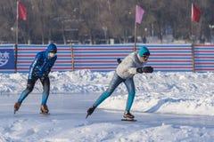 Энтузиасты зимы внешние катаясь на коньках Стоковые Фотографии RF