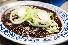 Энчилада с соусом моли, традиционной мексиканской кухней в Пуэбла Мексике стоковое изображение