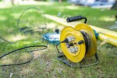 Эпицентр деятельности электрического кабеля в саде травы поля в полдень стоковые фотографии rf
