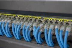 Эпицентр деятельности переключателя сети и много кабели Стоковые Фотографии RF