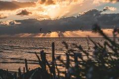 Эпичная панорама неба захода солнца Goeree-Overflakkee, Нидерланд, Brouwersdam стоковые фотографии rf