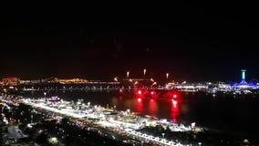Эпичные фейерверки показывают в городе - дисплее торжества карниза Абу-Даби сток-видео