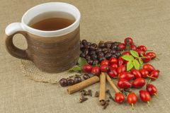 Эпидемия гриппа Традиционная домашняя обработка для холодов и гриппа Чай, мед и цитрус плода шиповника стоковая фотография