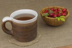 Эпидемия гриппа Традиционная домашняя обработка для холодов и гриппа Чай, мед и цитрус плода шиповника стоковые изображения rf
