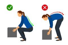 Эргономика - правильная позиция женщины для того чтобы поднять тяжелый объект иллюстрация штока