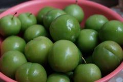 Эрик, или ренклоды, часто вызывали кислые зеленые сливы, съеденные в Турции стоковая фотография rf