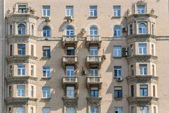 Эркеры и балконы многоквартирного дома кирпича 10-этажа жилого Стоковые Фотографии RF