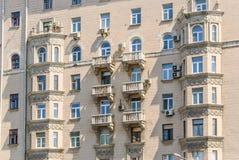 Эркеры и балконы многоквартирного дома кирпича 10-этажа жилого Стоковые Фото