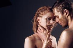 Эротичные игры пар в влюбленности Сексуальные пары с золотым составом искусства тела, космосом экземпляра Обработка курорта и ski стоковое изображение rf