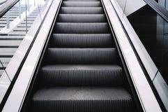 Эскалаторы в большой современной области Отсутствие людей вокруг Серый цвет тонизирует inte Стоковая Фотография RF
