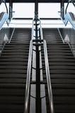 Эскалаторы в большой современной области Отсутствие людей вокруг Серый цвет тонизирует inte Стоковые Изображения RF