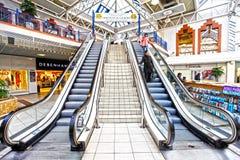 эскалаторы центра продают покупку в розницу Стоковое Изображение
