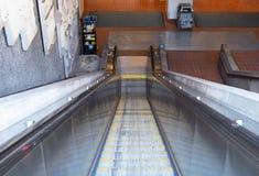 Эскалатор водя вниз в тоннель метро в дневном времени стоковые изображения rf