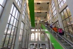 Эскалатор или moving лестница стоковые изображения
