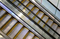 2 эскалатора, одного идут вверх и одно идет вниз Стоковые Изображения RF