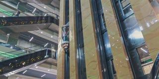 Эскалаторы и лифты на моле стоковое изображение rf