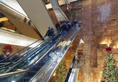 Эскалатор внутри башни козыря в NYC Стоковые Фотографии RF